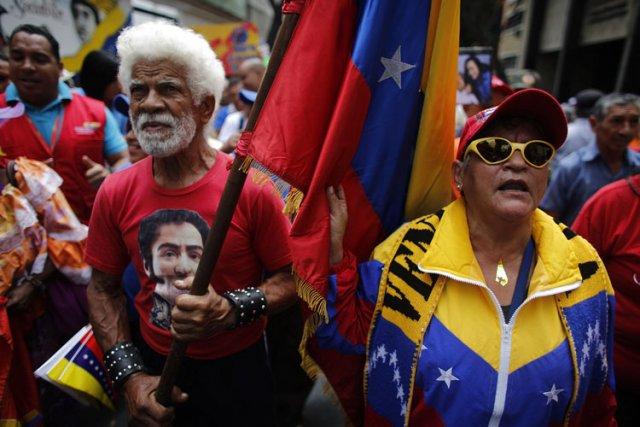 Des centaines de partisans du pouvoir, la plupart... (Photo: Reuters)
