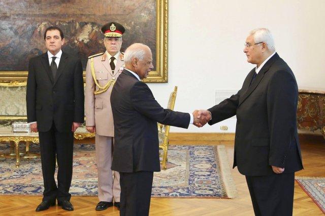 Le premier ministre Hazem el-Beblawi (à gauche) serre... (PHOTO ARCHIVES AP/PRÉSIDENCE ÉGYPTIENNE)