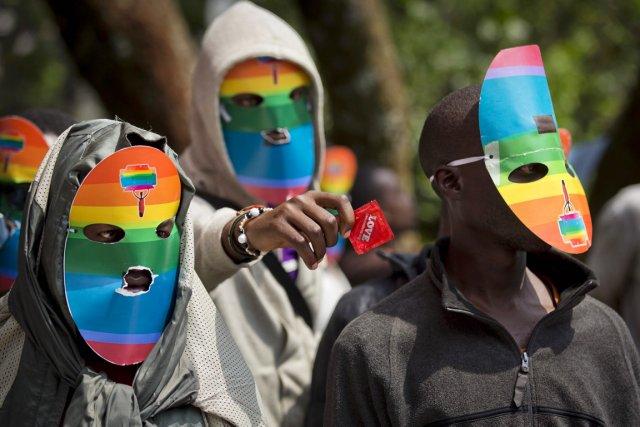 Des défenseurs des droits des gais et lesbiennes... (PHOTO BEN CURTIS, ARCHIVES AP)