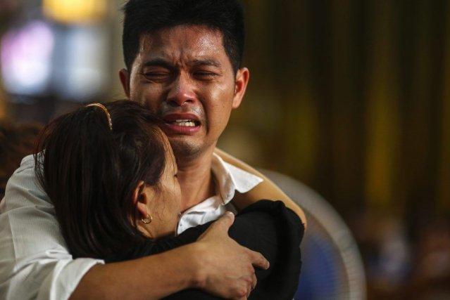 Des proches des jeunes victimes.... (Photo Reuters)