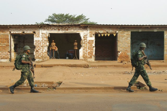 Deux soldats congolais patrouillent à Bangui, le 12... (PHOTO LUC GNAGO, REUTERS)