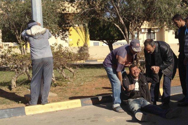 Des proches des victimes fondent en larmes à... (PHOTO REUTERS/STRINGER)