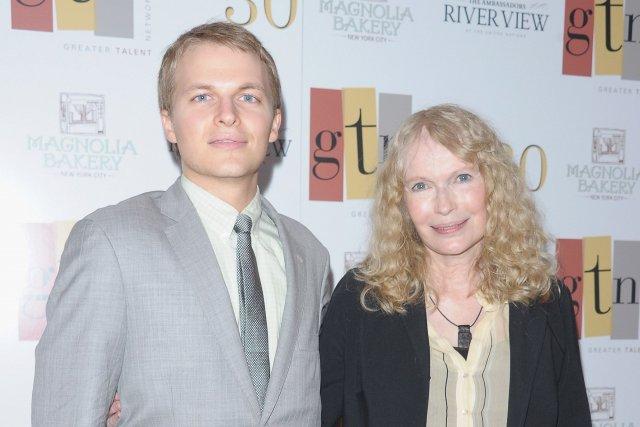 Ronan Farrow en compagnie de sa célèbre mère... (Photo Michael loccisano, AFP)