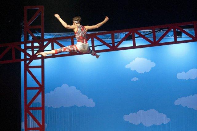 L'acrobate Stevee Mills sur la planche sautoir.... (PHOTO FOURNIE PAR LA TOHU)
