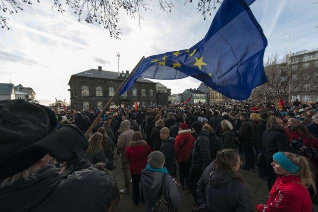 Des milliers de protestataires se sont réunis devant... (Photo Halldor Kolbeins, AFP)