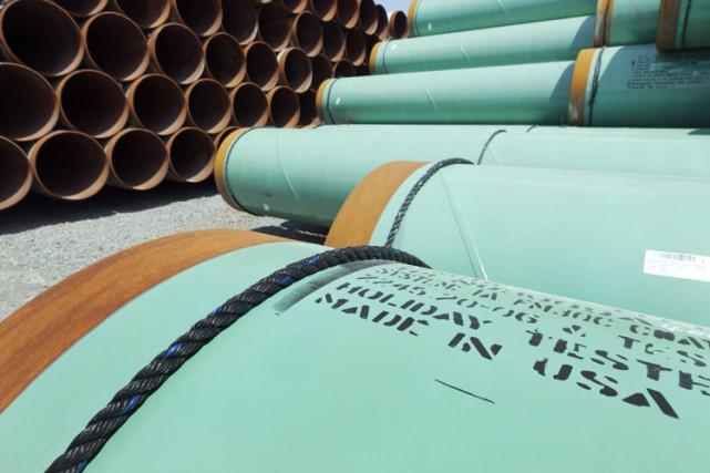 Des tuyaux en acier enrobé sont entreposés depuis... (Photo: AP)