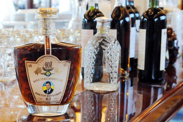 Une bouteille de cognac à l'effigie du président... (PHOTO YURIY DYACHYSHYN, AFP)