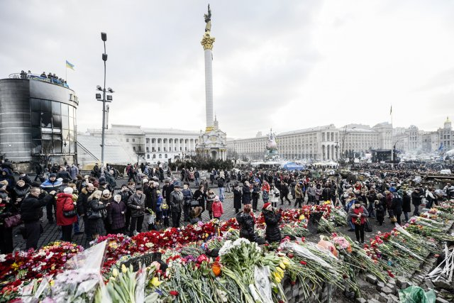 Des centaines d'Ukrainiens ont tenu à rendre hommage... (PHOTO BULENT KILIC, AFP)