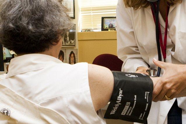 Payer plus cher des médecins pour qu'ils continuent... (Photo archives)