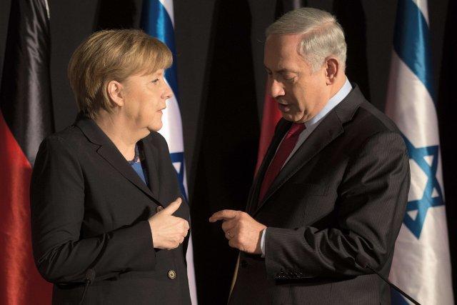 Angela Merkel avec Benjamin Nétanyahou... (Photo MENAHEM KAHANA, AFP)