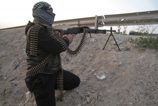 Un combattant sunnite garde une position durant des... (Photo Reuters)