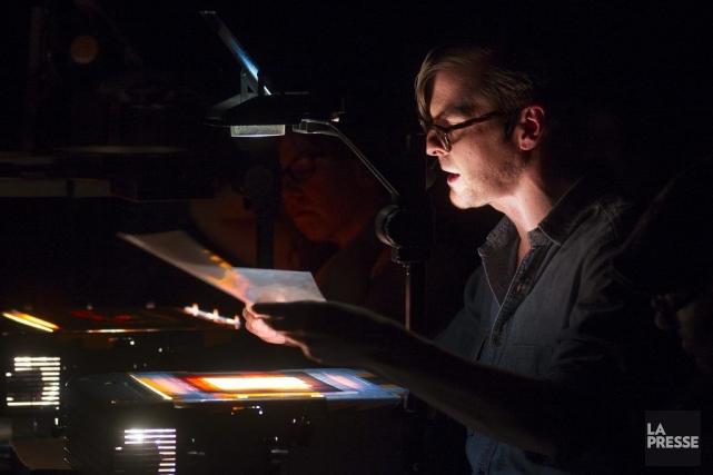 L'artiste Daniel Barrow projette l'installation Le voleur de... (Photo Olivier Pontbriand, La Presse)