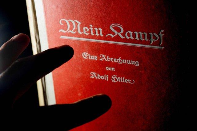 Deux volumes du pamphlet idéologique d'Adolf Hitler Mein Kampf, signés... (Photo: AFP)