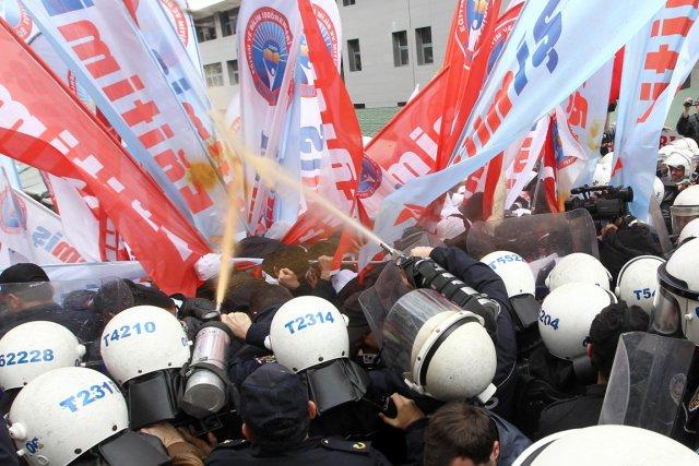 Des policiers aspergent des manifestants de poivre de... (PHOTO ADEM ALTAN, AFP)