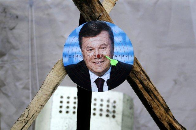 Un portrait du président destitué est utilisé comme... (PHOTO MARKO DROBNJAKOVIC, AP)