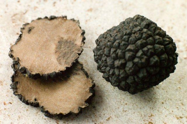 La truffe noire du Périgord est également surnommée... (Photo Monkey Business Images, shutterstock.com)