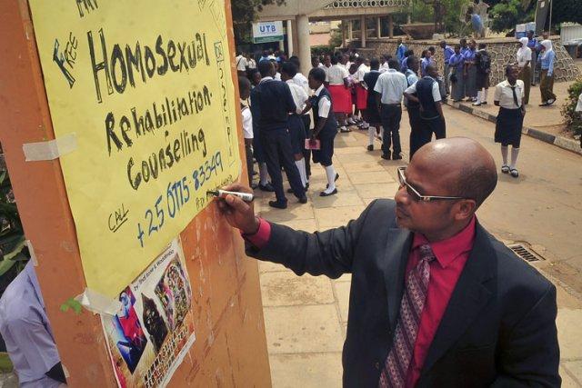 Le pasteur Martin Ssempa propose un service de... (Photo: AP)