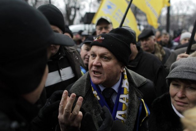 Des manifestants anti-Ianoukovitch devant le parlement à Kiev.... (Photo Associated Press)