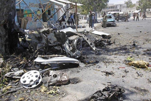 L'explosion a totalement pulvérisé le véhicule, dont seuls... (Photo Farah Abdi Warsameh, AP)