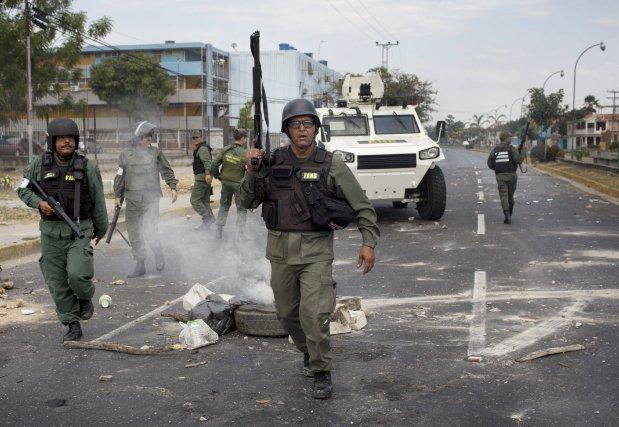 Une intervention des autorités vénézuéliennes lors de protestations... (Photo Rodrigo Abd, AP)