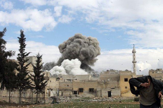L'explosion d'une bombe à Alep. Plusieurs villes syriennessont... (Photo MOHAMMED AL-KHATIEB, AFP)