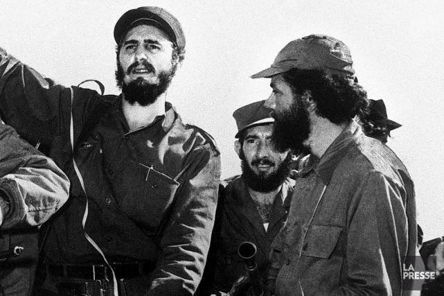 Huber Matos (à droite) aux côtés de Fidel... (Photo photothèque La Presse)