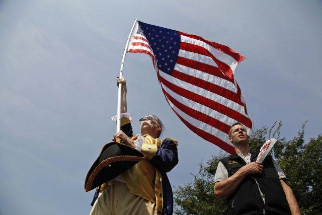 Des membres du Tea Party se lèvent pour... (Photo Jonathan Ernst, Reuters)
