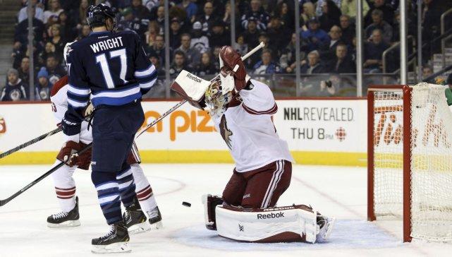 Le gardien des Coyotes Mike Smith arrête un... (Photo Bruce Fedyck, USA Today)