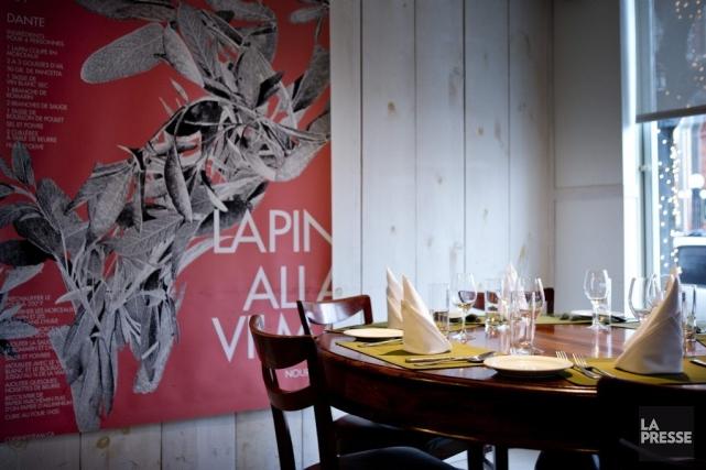 De solides tables de bois ornées de napperons... (PHOTO MARCO CAMPANOZZI, LA PRESSE)