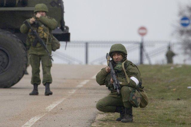 Des soldats non identifiés bloquent la route menant... (PHOTO IVAN SEKRETAREV, AP)
