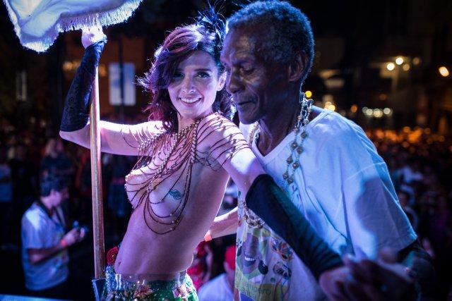 Un «bloc» du Carnaval de rue de Rio de Janeiro défend le droit aux seins nus et... (PHOTO YASUYOSHI CHIBA, AFP)