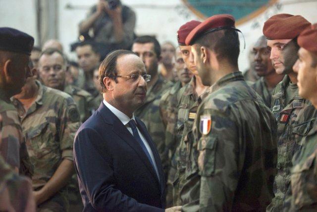 Le président François Hollande s'entretient avec des soldats... (PHOTO FRED DUFOUR, ARCHIVES REUTERS)