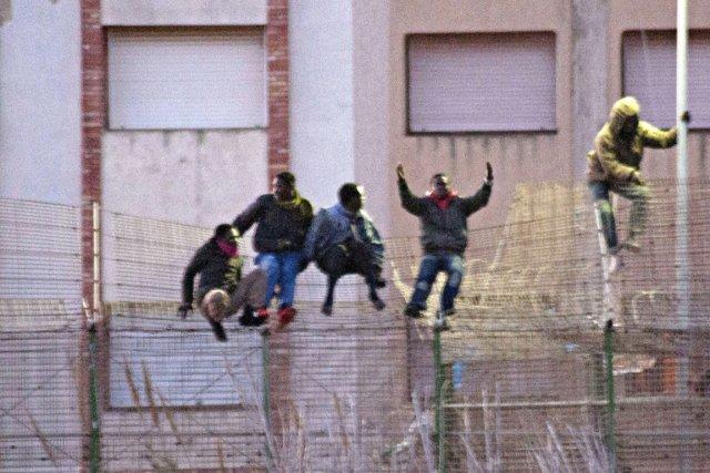 À l'aube, environ 300 clandestins, qui s'étaient regroupés... (PHOTO BLASCO DE AVELLANEDA, AFP)