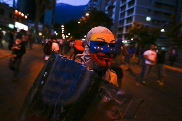 Des barricades éparses bloquaient toujours certaines rues de Caracas, vendredi,... (Photo Reuters)