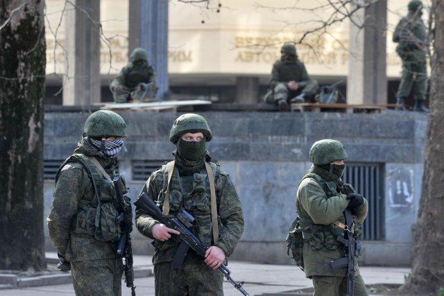 Des hommes armés patrouillent devant le parlement deSimféropol,... (PHOTO GENYA SAVILOV, AFP)
