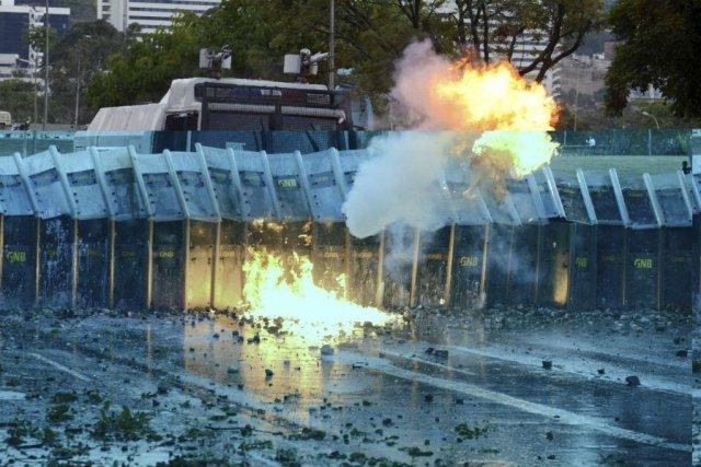 Vendredi à Caracas, dans le quartier d'Altamira, un... (PHOTO LEO RAMIREZ, AFP)