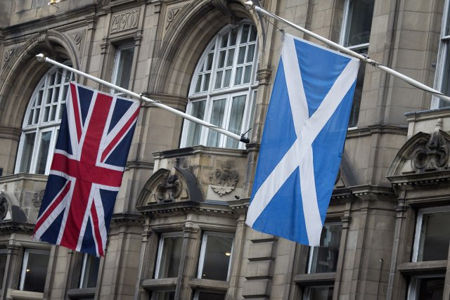 L'Union Jack côtoie le drapeau écossais sur la... (Photo Simon Dawson, archives Bloomberg)