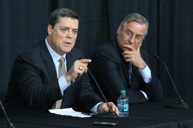 Pat LaFontaine (à gauche) aux côtés du propriétaires... (Photo archives AP)
