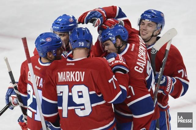 Les joueurs du Canadien festoient après un but... (Photo Bernard Brault, La Presse)