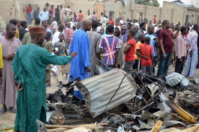 Des curieux examinent les dégâts causés par une... (PHOTO JOSHUA OMIRIN, AFP)