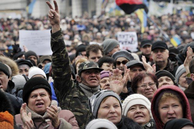 Des milliers de personnes se sont rassemblées au... (PHOTO LOUISA GOULIAMAKI, AFP)
