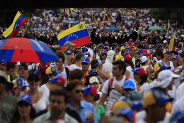 Près de 20 000 Vénézuéliens ont manifesté dimanche à Caracas à l'appel... (Photo: Reuters)
