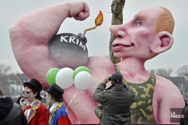 Une poupée géante à l'effigie de Valdimir Poutine... (PHOTO MARTIN MEISSNER, AP)