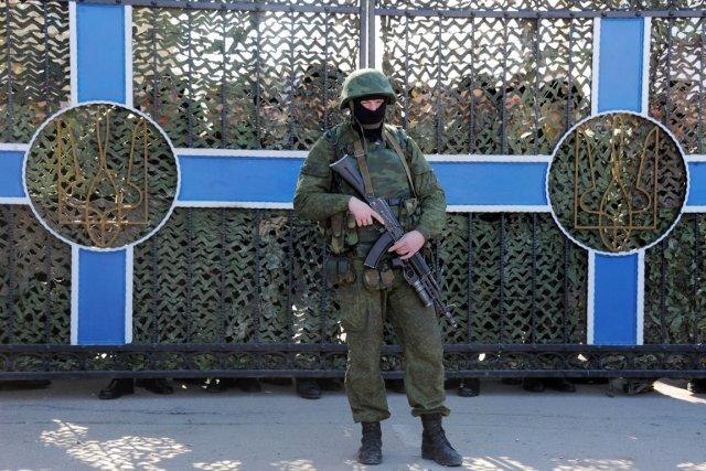 Un soldat ukrainien est positionné derrière la clôture... (PHOTO  VIKTOR DRACHEV, AFP)