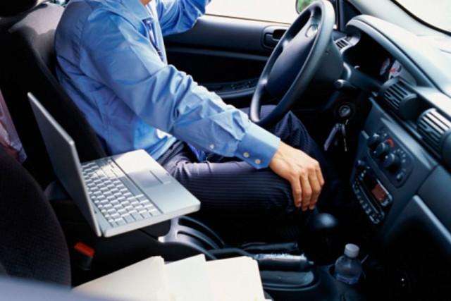 Les automobilistes pourront ainsi brancher leur iPhone dans... (Photos.com)