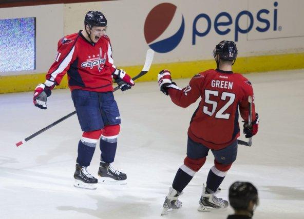 Dmitry Orlov (à gauche), célèbrant un but, durant... (Photo Evan Vucci, AP)