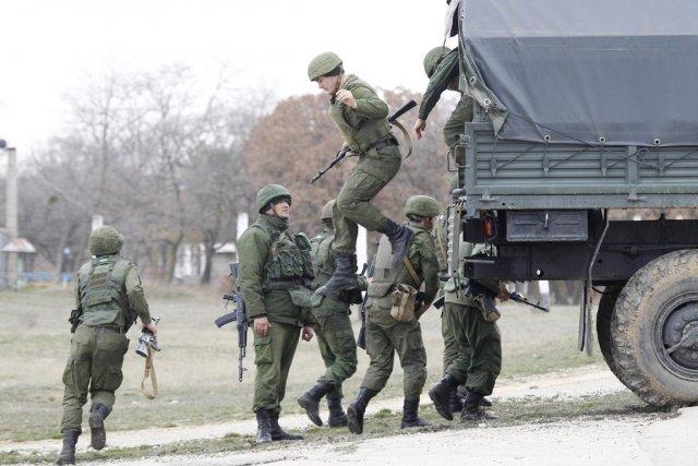 Des soldats russes arrivent à l'aéroport de Belbek,... (PHOTO VASILY FEDOSENKO, REUTERS)