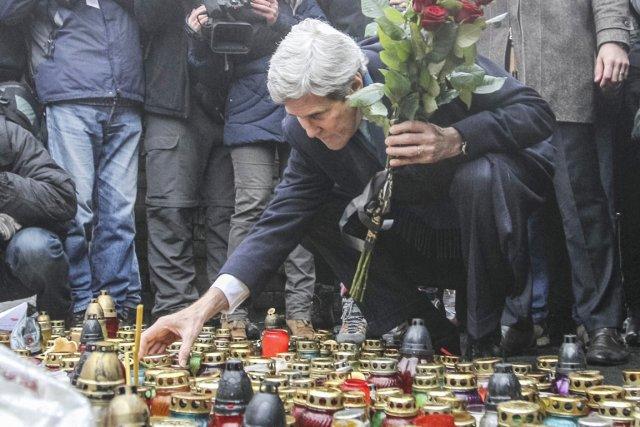 Le secrétaire d'État américain John Kerry allume une... (PHOTO VAKENTYN OGIRENKO, REUTERS)
