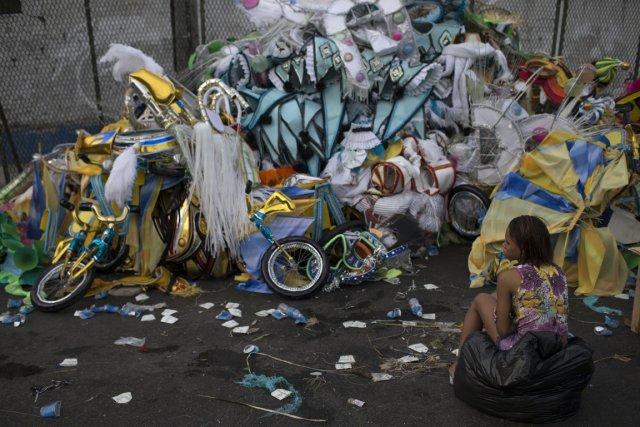 Des costumes abandonnés dans une rue de Rio,... (Photo Felipe Dana, AP)