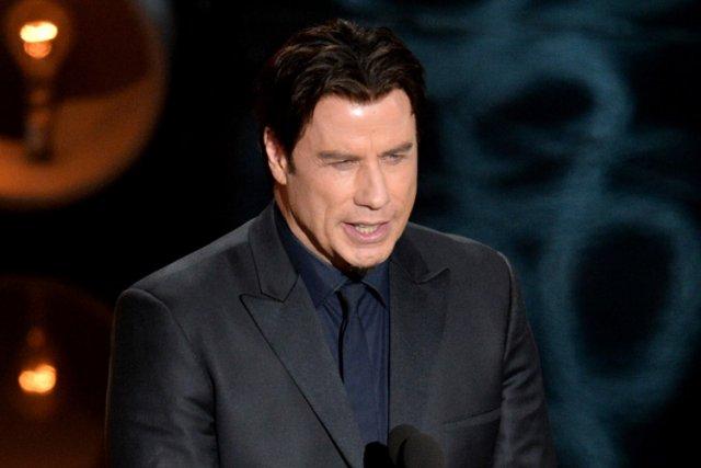 John Travolta a maladroitement présenté lachanteuse Idina Menzel... (Photo: AP)